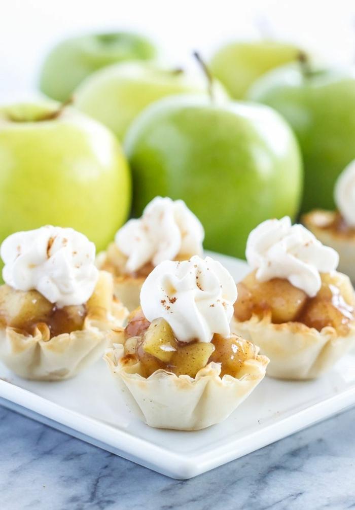 mini tartas con manzanas, propuestas de postres ligeros para el verano, postres faciles y rapidos de hacer en casa