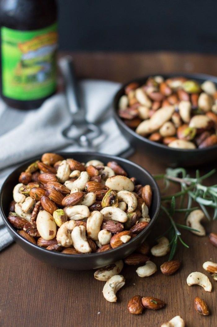 mix de nueces con romero, canapes vegetarianos y entrantes para picoteo, almendras, anacardo