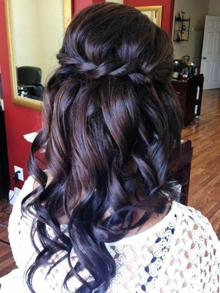 originales ideas de peinados pelo suelto, mujer con cabello rizado y bonita trenza, peinados originales paso a paso
