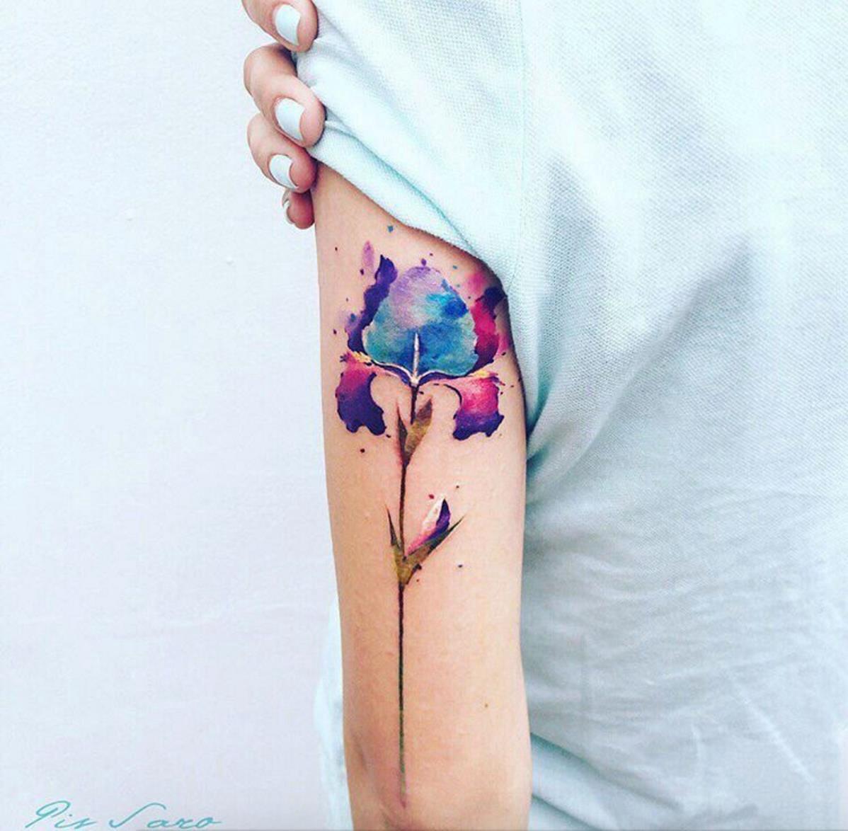 coloridos diseños de tatuajes en el brazo, tattoo acuarela en bonitos colores con motivos florales