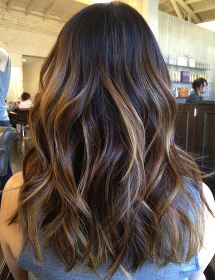 melena larga con mechas en color rubio claro, mechas balayage morena, reflejos en el cabello