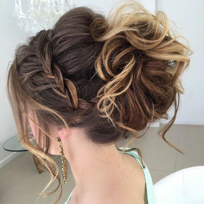 originales y bonitos moños para bodas, grande bollo cabello rizado color castaño con mechas rubias