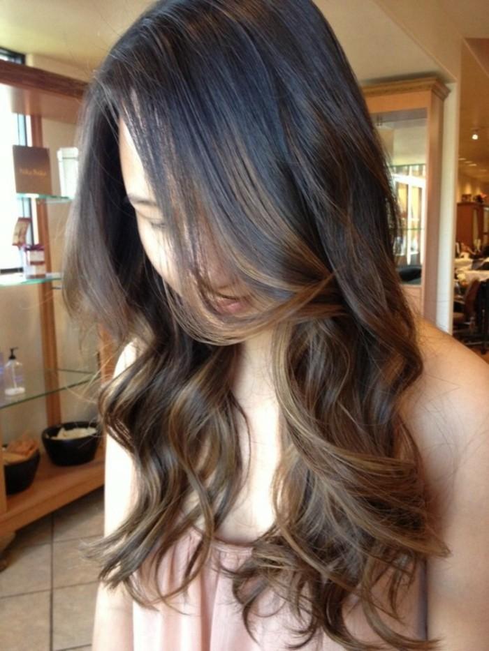 melena larga cortada en capas con mechas color avellana, ideas de mechas para cabello oscuro