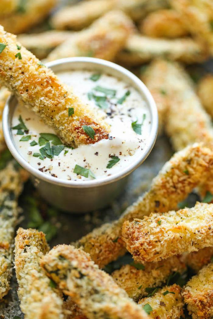 croquetas de queso con dip casero de yogurt, canapes vegetarianos y entrantes para hacer en casa
