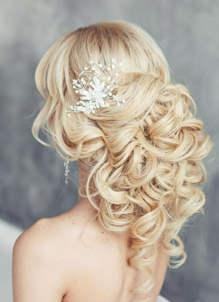 precioso recogido pelo rizado, ideas de recogidos fáciles y originales para novias, peinados oficiales