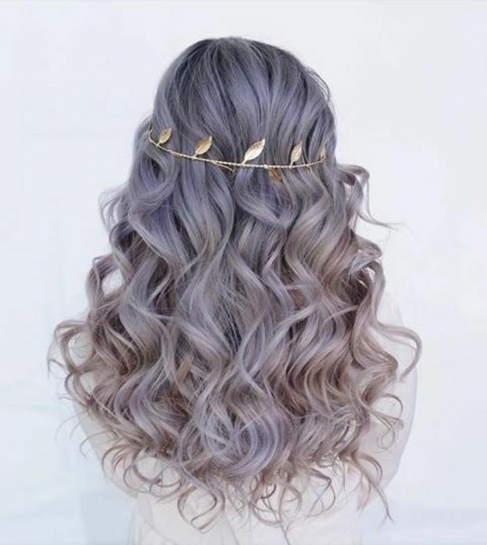 bonitas ideas de peinados pelo suelto, cabellera rizada con bonito accesorio, accesorios para pelo