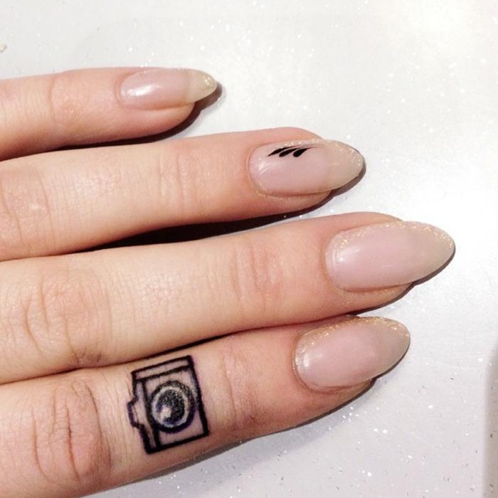 pequeños detalles tatuados en el dedo, tatuajes minimalistas originales y bonitos en imagines