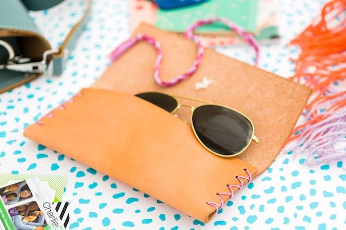 portagafas de cuero en color naranja, regalos para novios originales, ideas sobre que regalar a mi novio por su cumpleaños