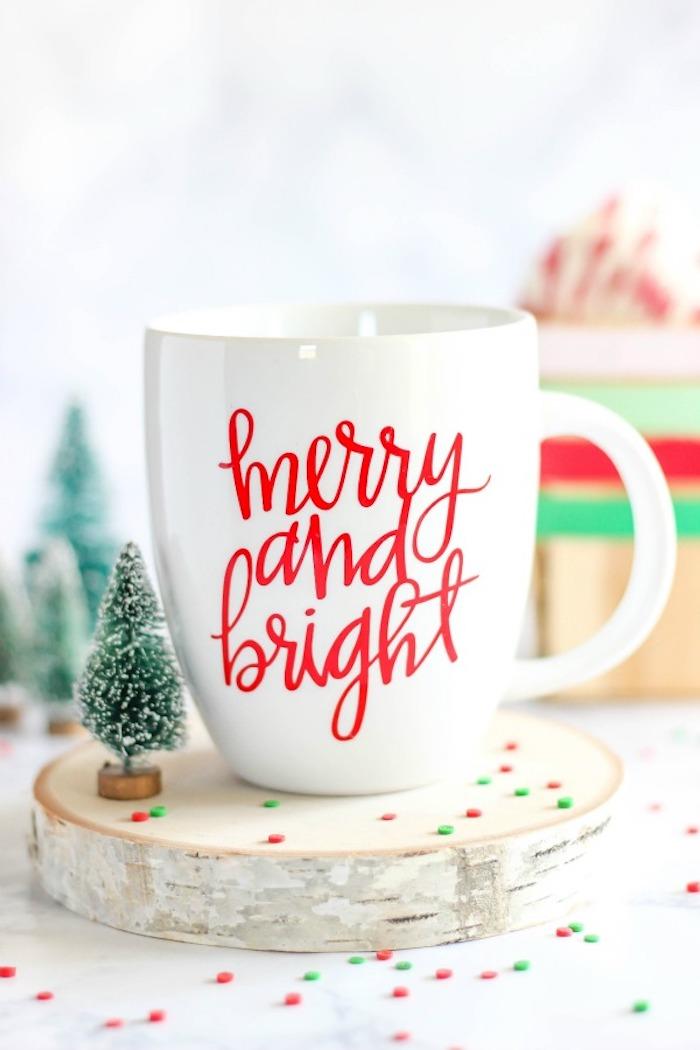 posavasos de madera para regalar en navidad, regalos navideños originales, ejemplos de regalos para reyes creativos