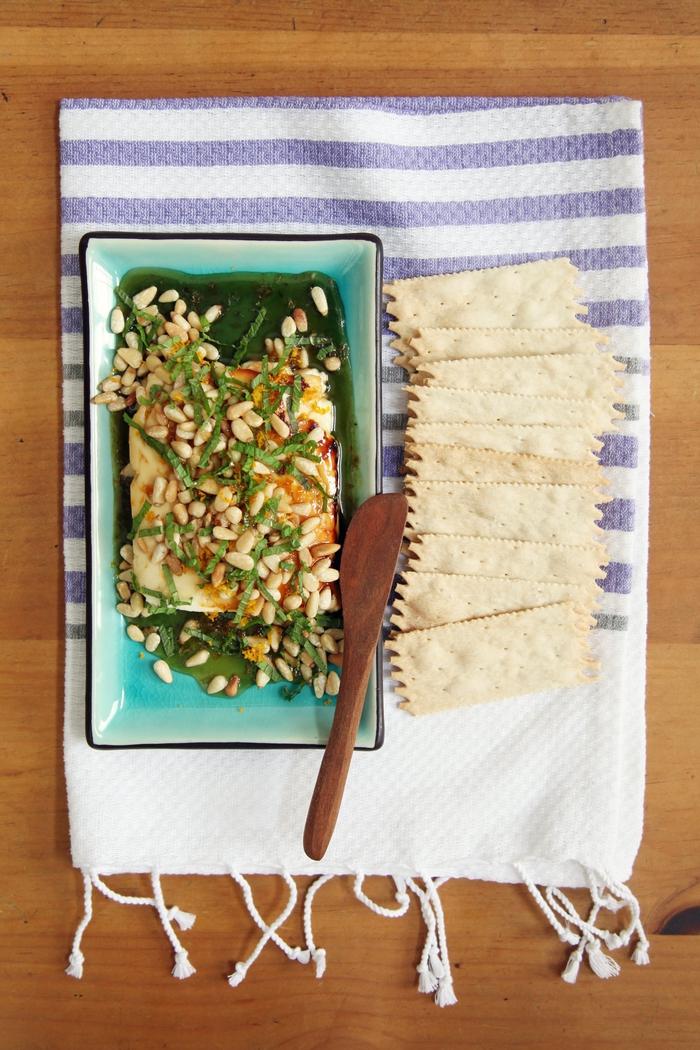 plato con queso, verduras, semillas, salsa de miel y crackers, tapas veganas y vegetarianas