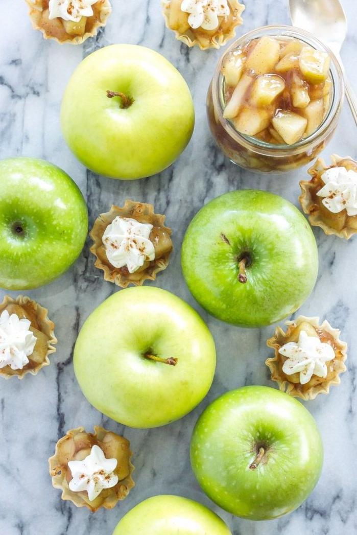 ideas de postres saludables para hacer en verano, postres ligeros en imagines, tartaletas de manzanas