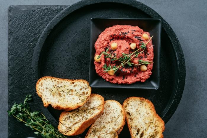 ideas de recetas vegetarianas y veganas, fotos de humus casero hecho con remolacha, las mejores recetas de entrantes para la familia