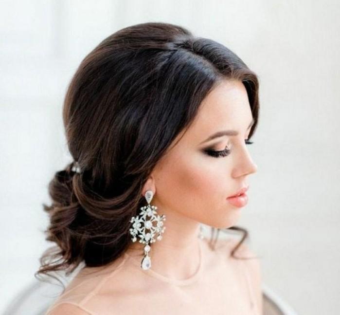 las mejores propuestas de peinados de novia, recogido bajo cabello castaño oscuro rizado