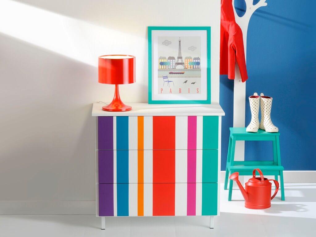 armario pequeño pintado en colores vibrantes, bonitas ideas sobre como pintar un mueble de melamina en imagines