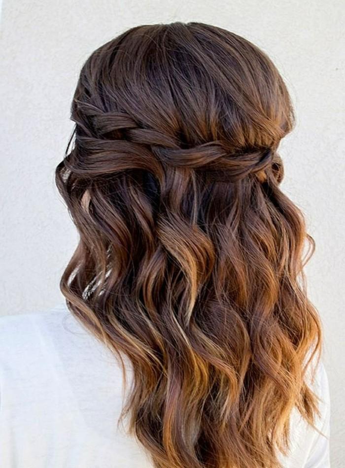peinados con trenzas faciles y originales, semirecogido trenzado cabello ondulado con mechas