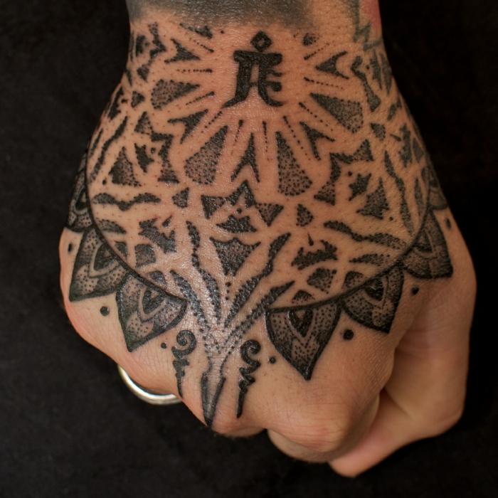 tatuaje palmera y tatuaje mano, los mejores diseños de tatuajes en las manos con algunos consejos