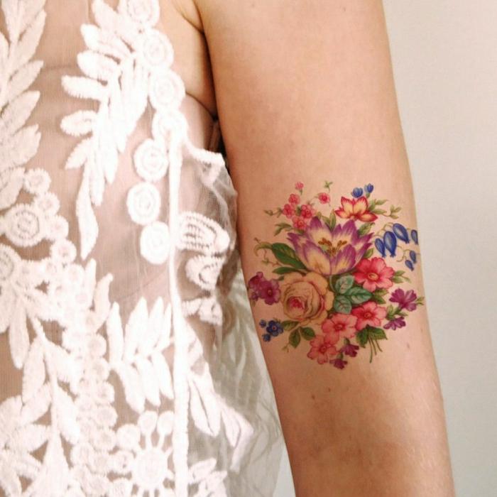 los mejores diseños de tatuajes bonitos con flores, tattoos en colores llamativos con motivos florales
