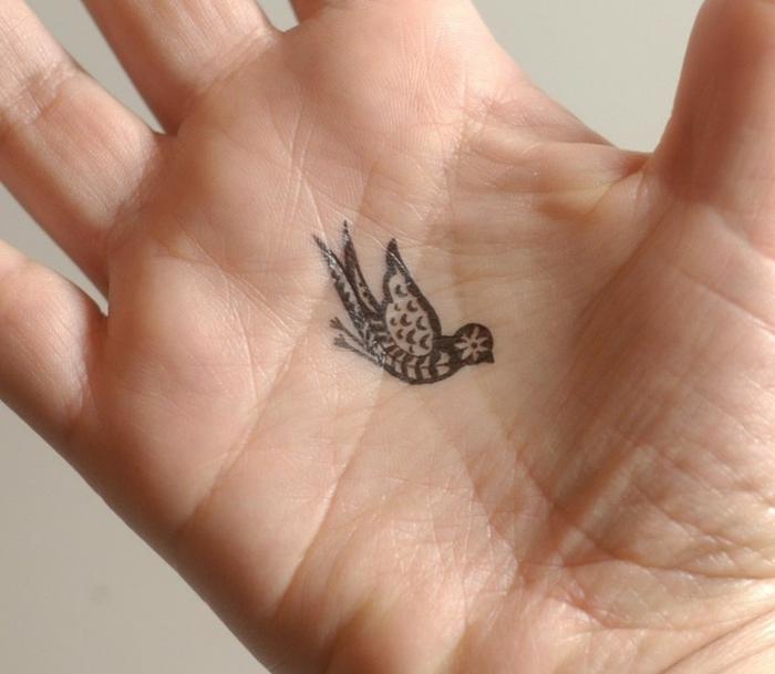 pequeño tatuaje palmera, tatuaje de pájaro en estilo minimalista, los mejores diseños de tatuajes en la mano