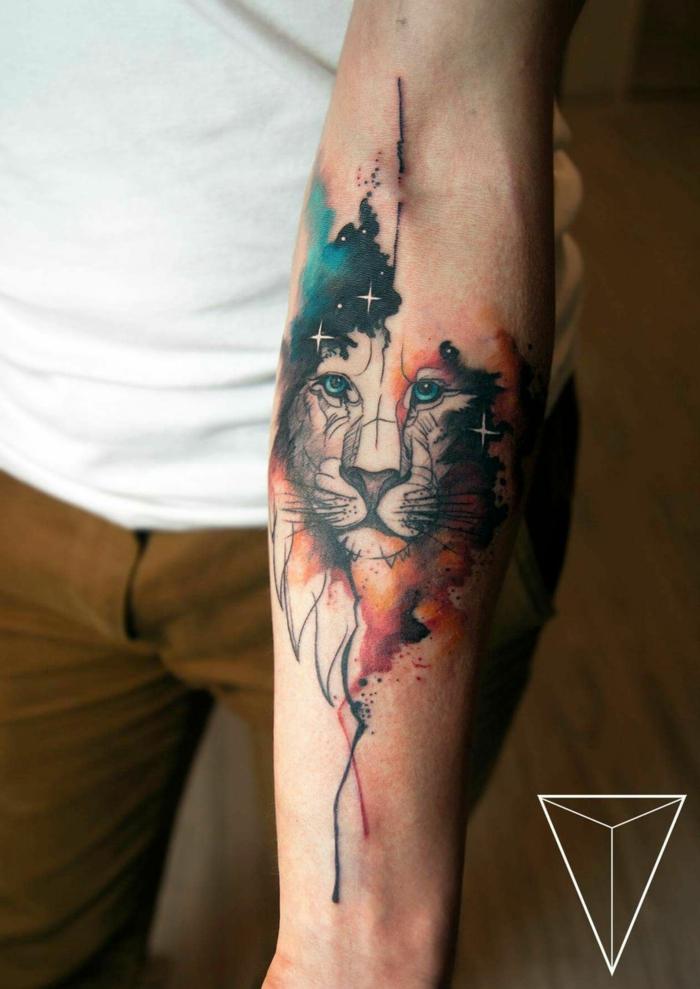 tatuaje león en el antebrazo, tatuaje antebrazo hombre, diseños de tatuajes coloridos y originales