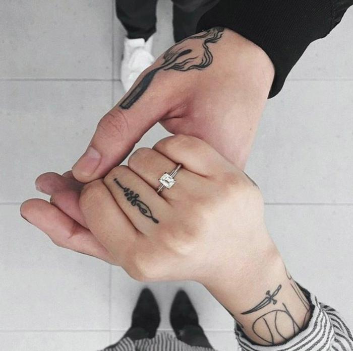 ideas de tatuajes para parejas super originales, pequeños detalles tatuados en la mano en imagines