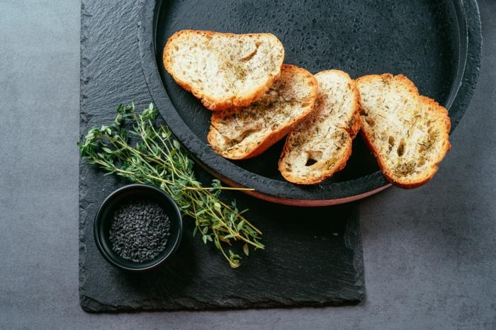semillas de chia, tomillo fresco y tostadas al horno caseras, fotos de entrantes fáciles y rápidos para toda la familia