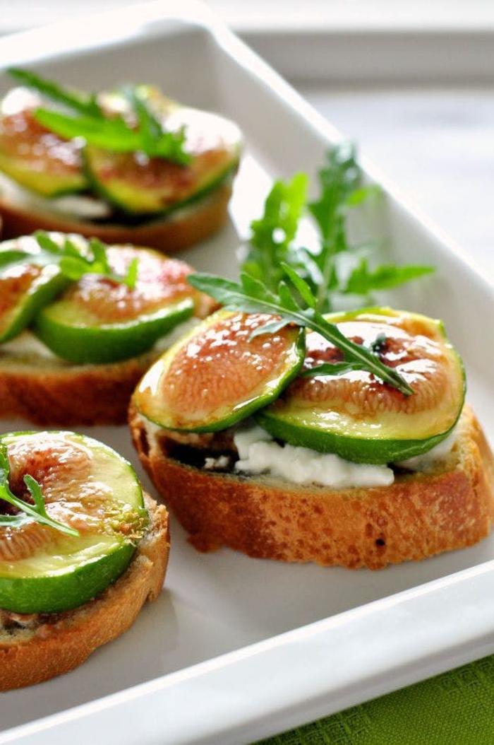 tostadas con queso, hogos y rúcola, tostadas con arugola ricas, ideas de canapes vegetarianos