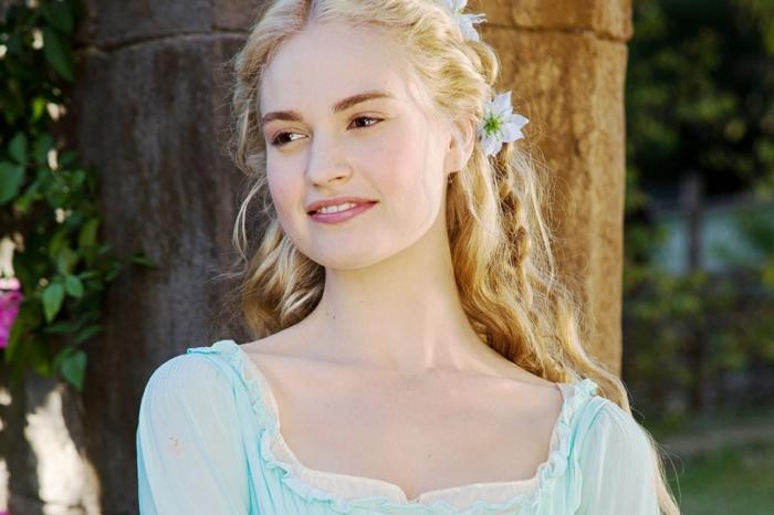 inspiración de las películas de Disney, peinados medievales con trenzas y recogidos, precioso semirecogido con trenzas y flores en el pelo
