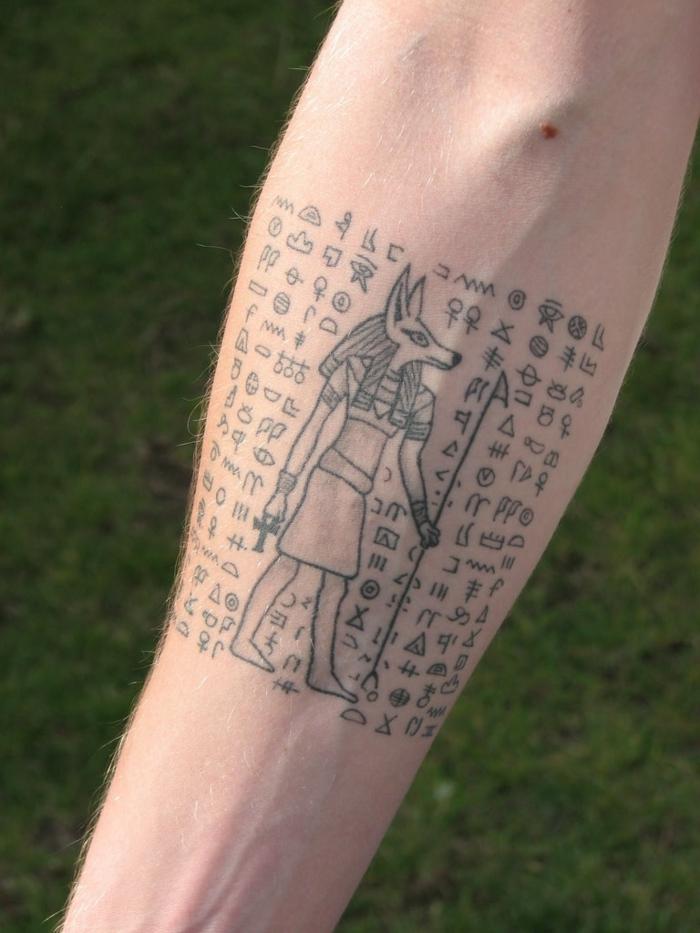 antebrazo tatuado hombre, los mejores tatuajes egipcios, diseños minimalistas, tatuajes de jeroglíficos egipcios en fotos