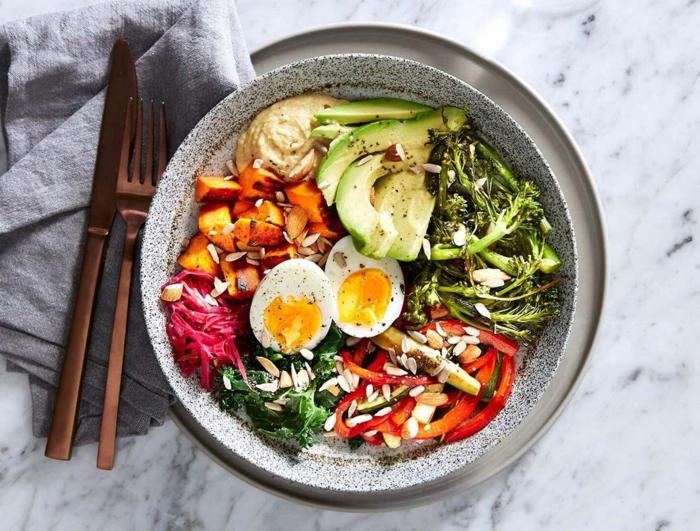 ejemplos de platos sabrosos, ricos en nutrientes y sanos, menu semanal para adelgazar, ensalada con humus, huevos y verduras