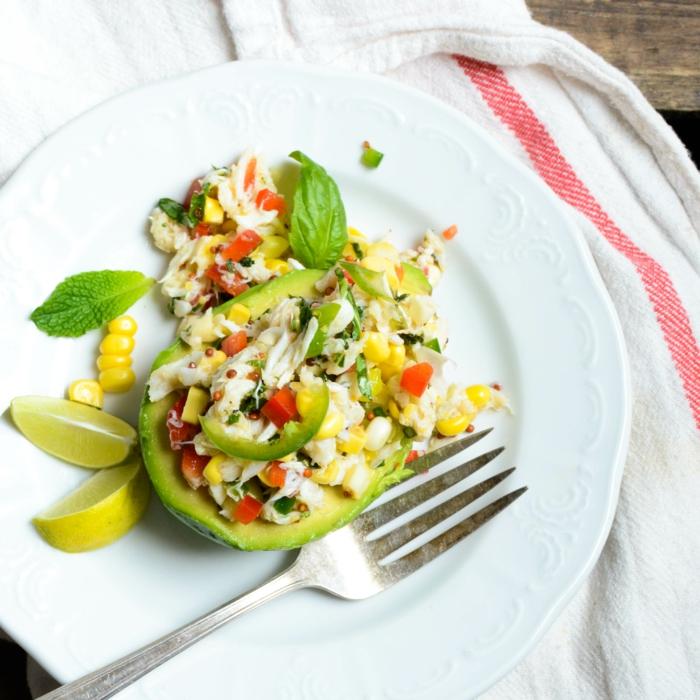 fotos con ideas de platos saludables para un menu semanal para adelgazar, ensalada con mariscos, aguacate, maíz y pimientos