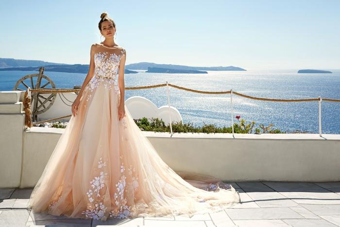 diseños de vestidos de novia en colores inusuales, vestido de tul color albaricoque, bordados de flores en colore blanco