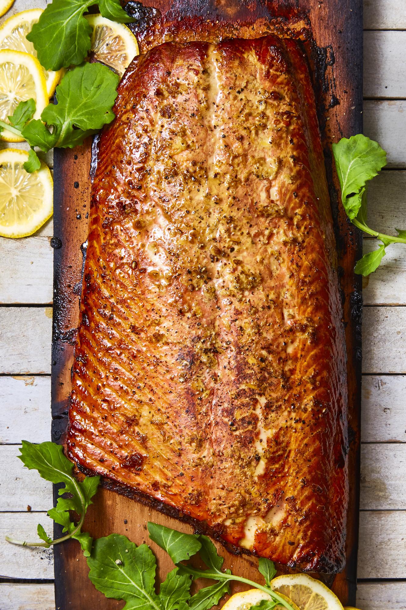 ideas de cenas ligeras y sanas para toda la familia, salmón cocido en el horno con especias, cenas con pescado ricas