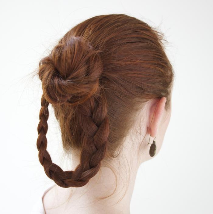 ideas originales de recogidos con trenzas, cabello largo recogido en trenza con pequeño bollo, peinados medievales media melena
