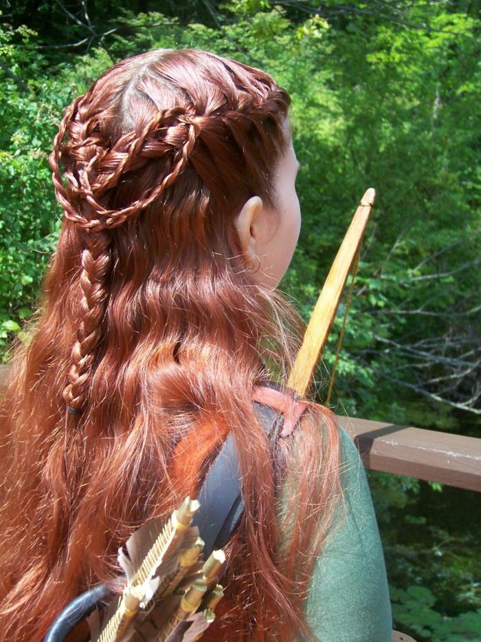 semirecogidos trenzados en estilo vintage, peinados medievales media melena, larga melena color pelirrojo con pequeñas trenzas