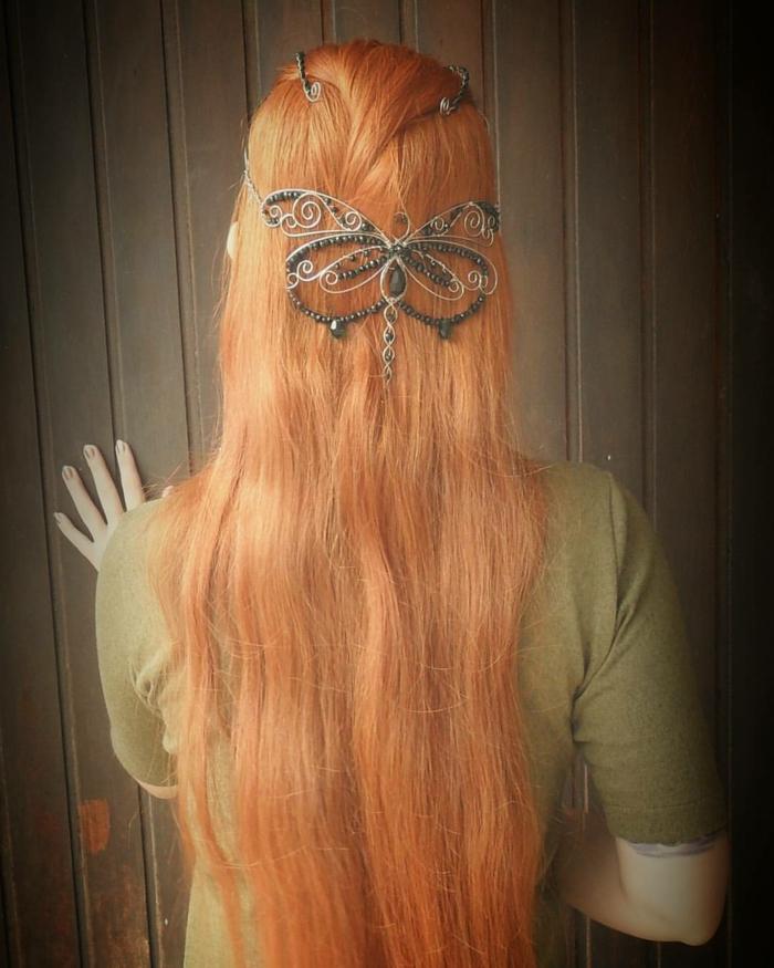 las mejores ideas de peinados medievales con corona, melena larga color pelirrojo con precioso adorno en forma de mariposa