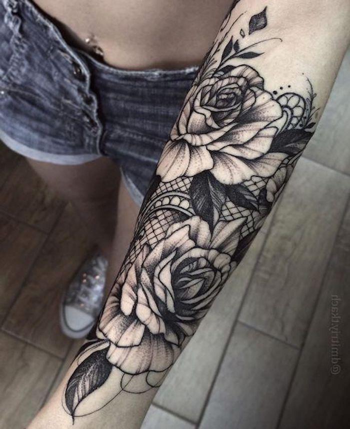 las mejores propuestas de tatuajes de flores, antebrazo entero tatuado con flores, tatuajes de rosas bonitos, detalles tatuados en la mano