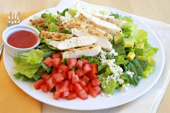 ensaladas e ideas de cenas sanas que no engorden, ensalada de pollo con lecuga, tomates, queso blanco y aguacate