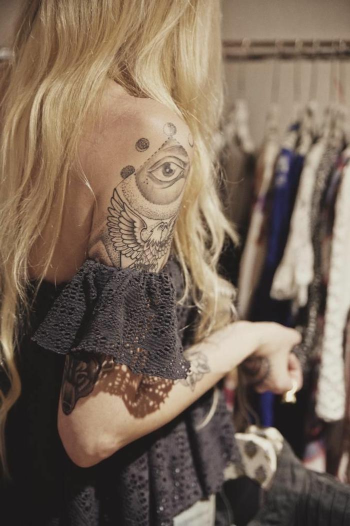 precioso tatuaje en el brazo mujer, diseños de tatuajes egipcios bonitos con un fuerte significado, ideas originales de tatuajes