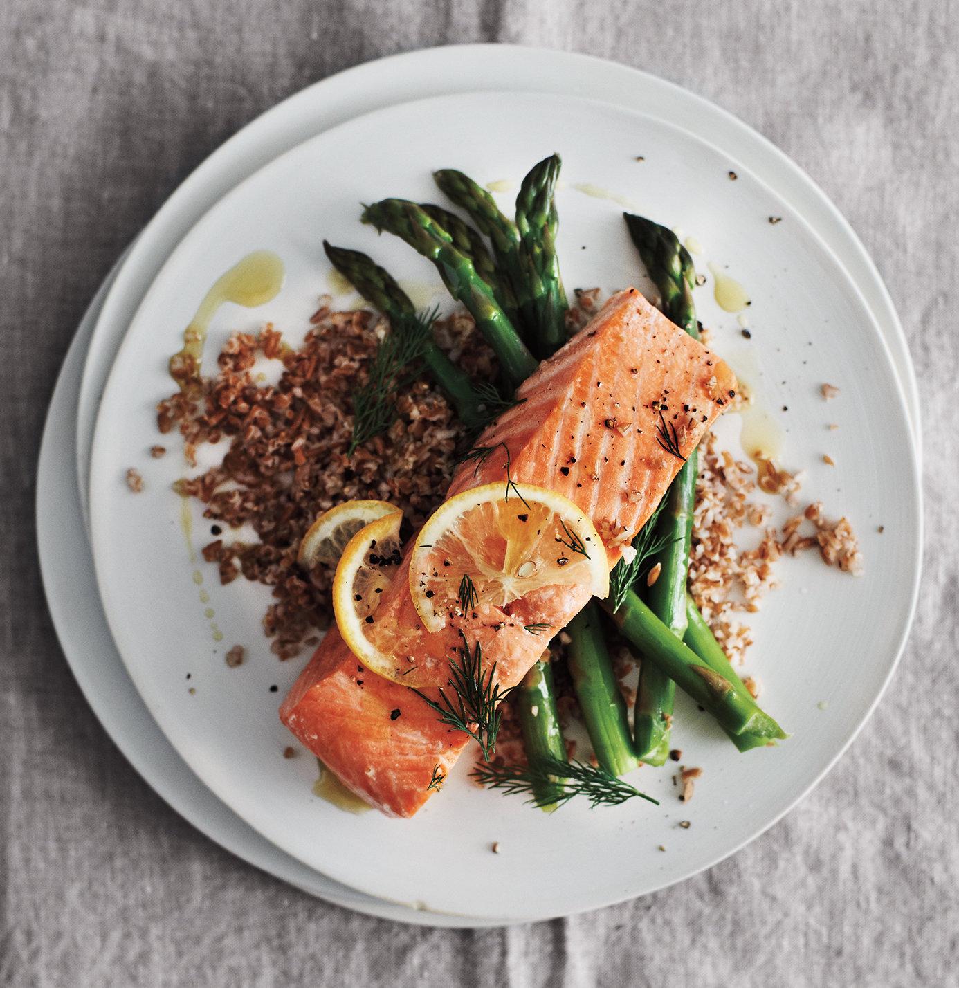 salmón cocido al horno con sal y pimienta, espárragos a la parrilla y bulgur cocido, ideas de recetas bajas en calorias