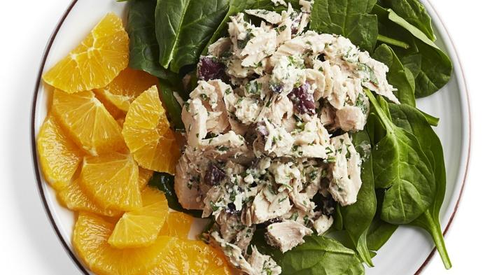 cenas sanas que no engorden para el verano, ensalada con trozos de pollo cocido, espinacas frescas y trozos de naranja