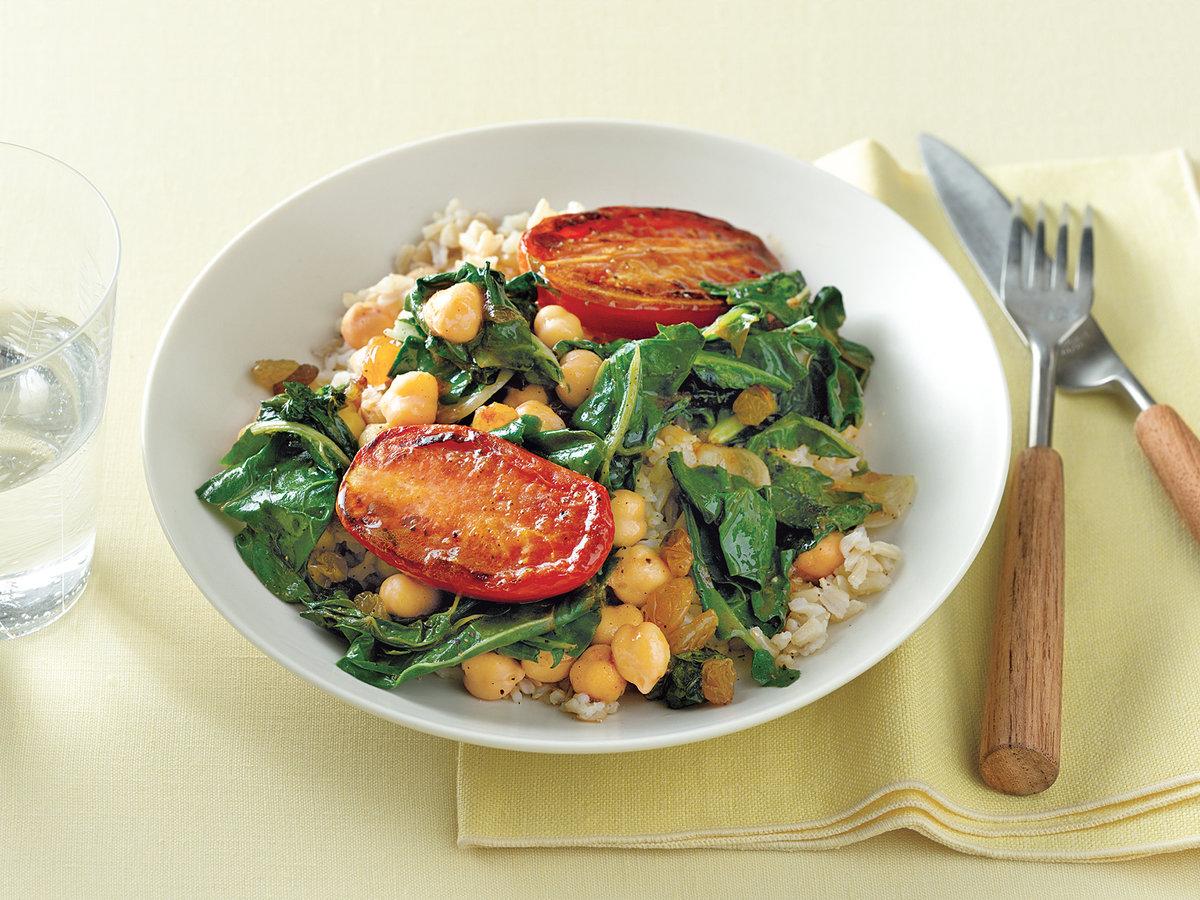ricas ideas de cocidos para bajar de peso, arroz marrón, garbanzos, espinacas y tomates a la parilla, recetas bajas en calorias
