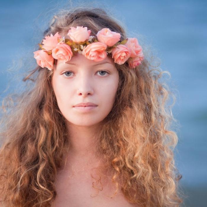 cabello rizado largo con mechas, precioso peinado pelo suelto con corona de flores, peinados medievales originales