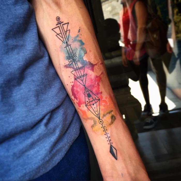 ejemplos de tatuajes colorido en el antebrazo, tatuajes en acuarela, tatuaje antebrazo con detalles geometricos, tatuajes en el antebrazo