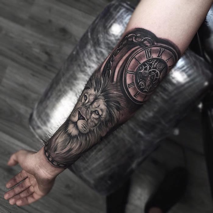 tatuaje leon en el antebrazo, tatuaje antebrazo original con fuerte significado, diseños de tatuajes con reloj, más de 100 diseños de tattoos