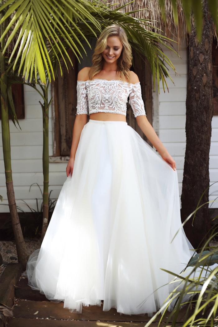 vestidos bonitos de dos piezas en estilo boho chic, vestido de novia princesa en color blanco pulcro, parte superior mangas largas