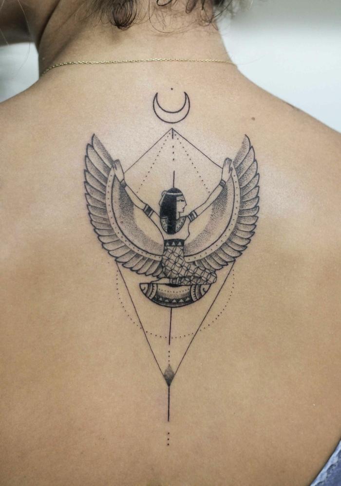 tatuajes egipcios originales con un fuerte significado, diseños de tatuajes geométricos en la espalda, los mejores diseños de tatuajes