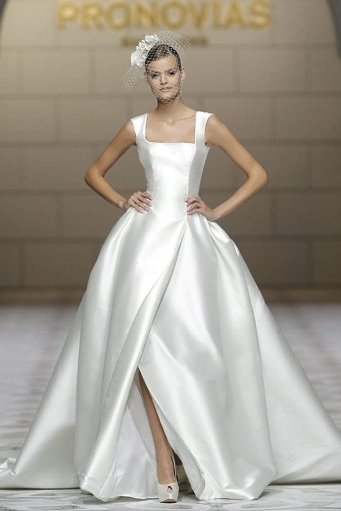 diseños super bonitos de vestido de novia princesa, vestido de satén color plata, falda de grande hendidura, parte superior sin mangas