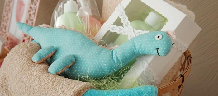 pequeños detalles para regalar a un bebé recién nacido, cestas con regalos especiales, regalos originales para recién nacidos