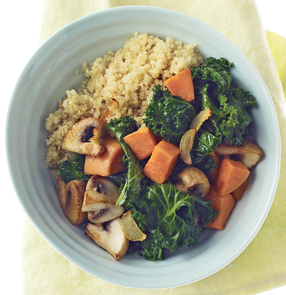cocidos ricos y fáciles de hacer, quinoa blanca cocida con champiñones, batatas y col rizada, más de 80 ideas de recetas bajas en calorias