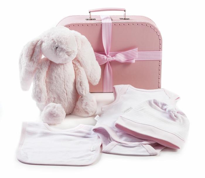 detalles en color rosado para regalar a un bebé niña, bonitas propuestas de regalos especiales para bebés niñas